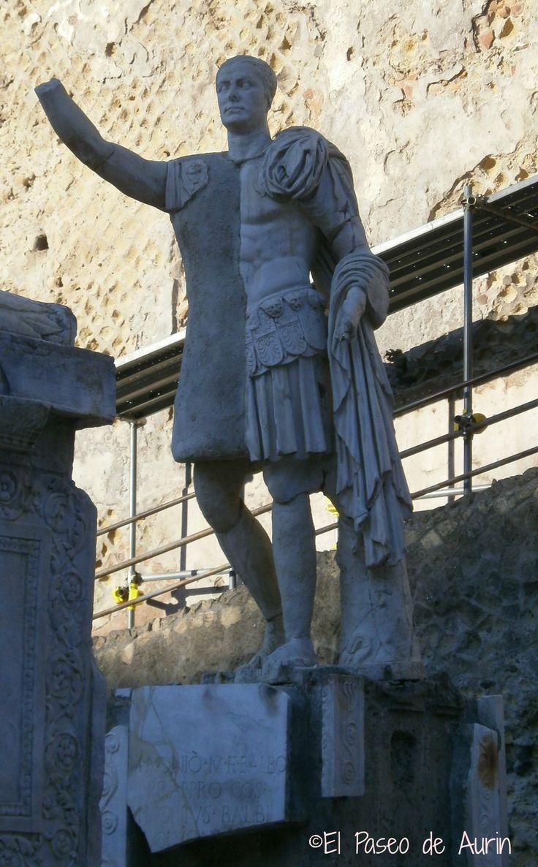 Plaza rectangular. Terraza con el altar funerario  de M. Nonio Balbo, quien construyó y rehabilitó muchos edificios. Le rindieron grandes homenajes ( a su muerte como siempre. No disfruta uno de esas cosas en vida)