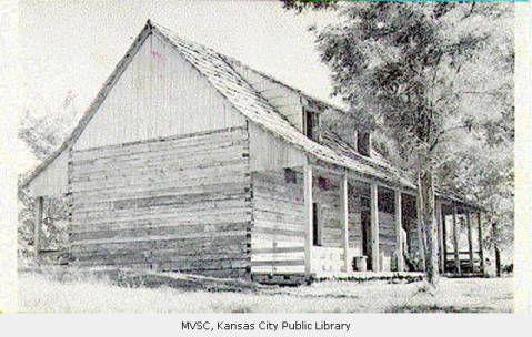 Fort Osage,  , puesto de avanzada , 1808-1825 , fue el primer asentamiento blanco en esta parte del continente  Después de construido  el fuerte  unos 5.000 indios acamparon alrededor del comercio de empalizada o venta de búfalo , castor , mapache , lobo , zorro, tejón, y pieles rata almizclera y la compra de mantas, pistolas y otras necesidades.