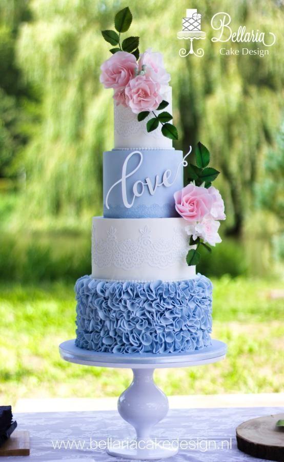 hellblaue und weiße Hochzeitstorten mit goldenen Rüschen und erröten … – ca… – Hochzeit