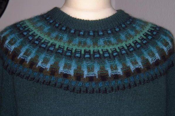 """""""Skogsmörkret"""" jumper, grön bottenfärg.      Foto Solveig Gustafsson."""