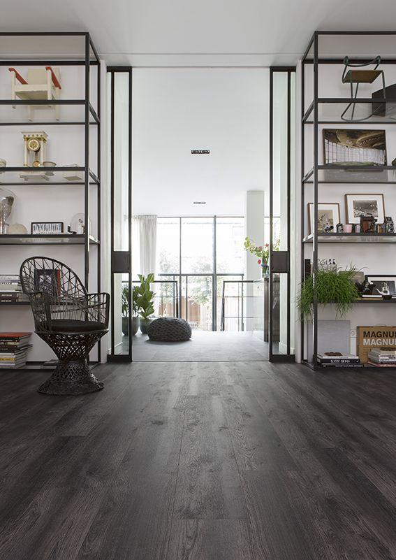 Deze donkere industriële pvc vloer is perfect te combineren met materialen zoals metaal en leer. De eiken planken bevatten verschillende schakeringen van zwart houtskool.