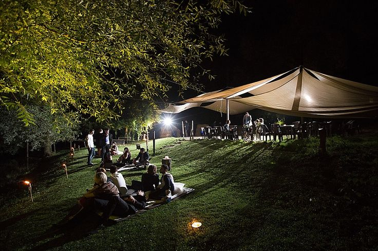 Qualche momento di relax all'aperto sul prato, prima che comincino le danze | A short relax moment in Casale di Martignano before the dances start