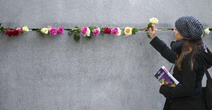 20151109 - Mulher coloca uma rosa no memorial do Muro de Berlim, em Bernauer Strasse, após a cerimônia que marcou o 26º aniversário da queda do Muro de Berlim, na Alemanha. PICTURE: Hannibal Hanschke/ Reuters