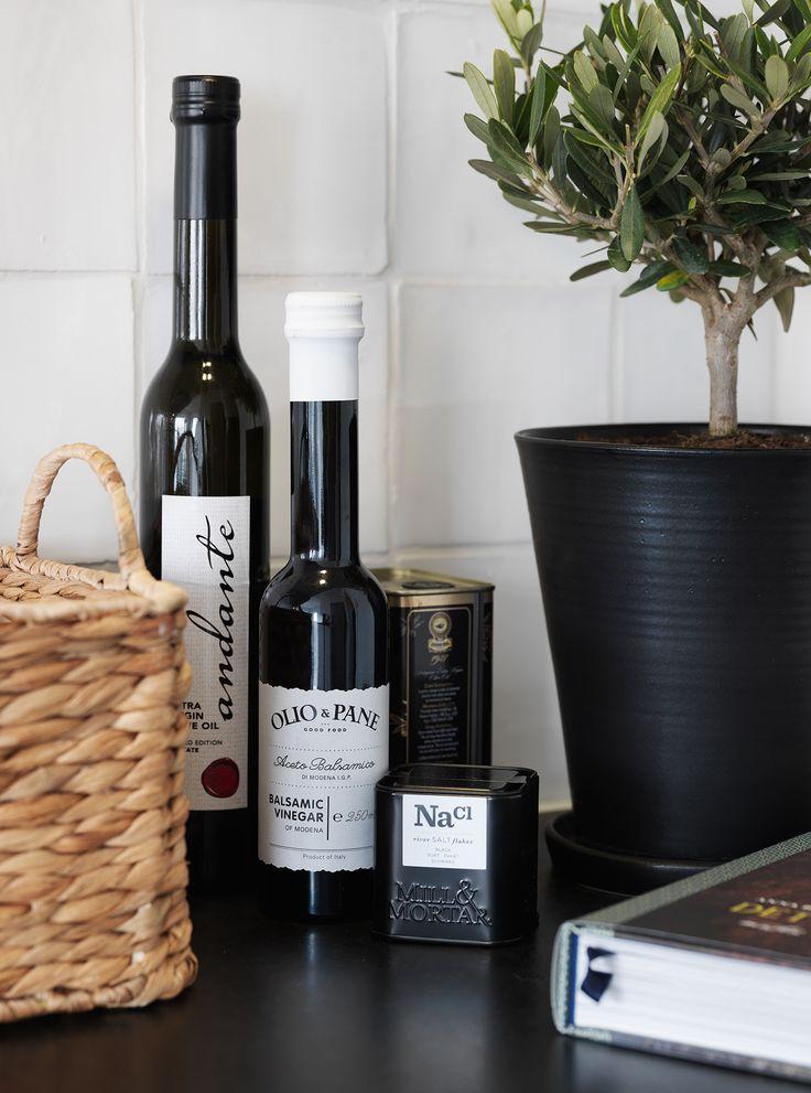 KÖK - Fina detaljer med oljor, salt, handgjord keramikkruka, olivträd, kokbok