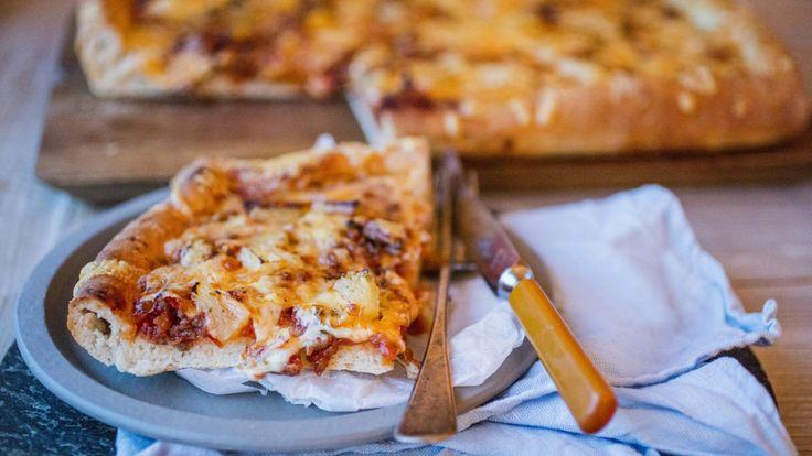 Dette er en skikkelig retropizza, nemlig lørdagspizza som vi husker den fra 80-tallet: Veldig stor, veldig tykk og med veldig mye fyll! Det er lov til å ha på hva man vil på en lørdagspizza - sopp og ananas også!
