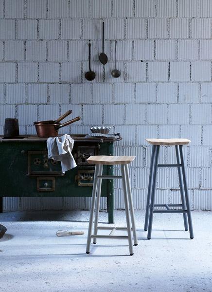 Dedo Miniforms  Design: Simone Simonelli  Ein Hocker mit ergonomischen Sitz in massiver geölter Buche und Metall-Füssen, passend in jedes Ambiente.  Structure Ausführung:  Stahl lackiert  Sitz:  Buche  Größe:  30 x 30 x h 45 cm Dedo niedrig  30 x 30 x h 67 cm Dedo mittel  34 x 31 x h 76 cm Dedo hoch  http://www.storeswiss.com/de/prod/kategorie-stuhle/hocker/dedo-miniforms.html