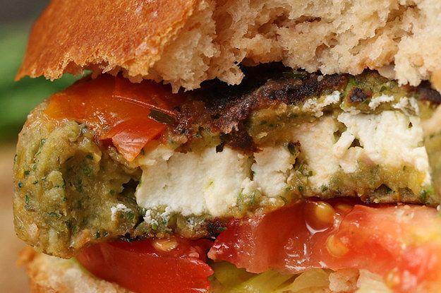 Transforme sua cozinha em um restaurante com este hambúrguer de falafel