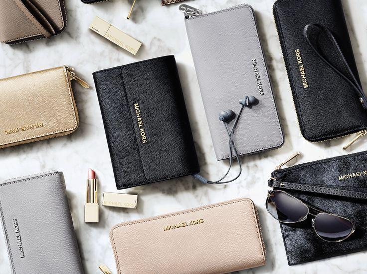 Evolution boutique | Idee regalo #Natale2015 #gift #Evolutionboutique #shopmoda #eccellenza #moda #Puglia #portafogli #Michaelkors #collezioni #Autunnoinverno #fashionpuglia #cool #trend #tendenze #bloggers #glamour #minitracollle #look #chic #Weareinpuglia #modadonna #regali #Evolutionpolignano #Polignanoamare