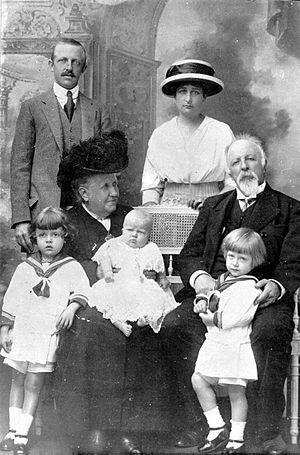 Da esquerda para a direita: Luís, Príncipe Imperial, Pedro Henrique, Príncipe do Grão-Pará, Isabel, Imperatriz de Jure do Brazil, princesa Pia Maria, Maria Pia, Princesa-consorte do Brasil, Gastão d´Orléans, conde d´Eu e príncipe Luís Gastão.
