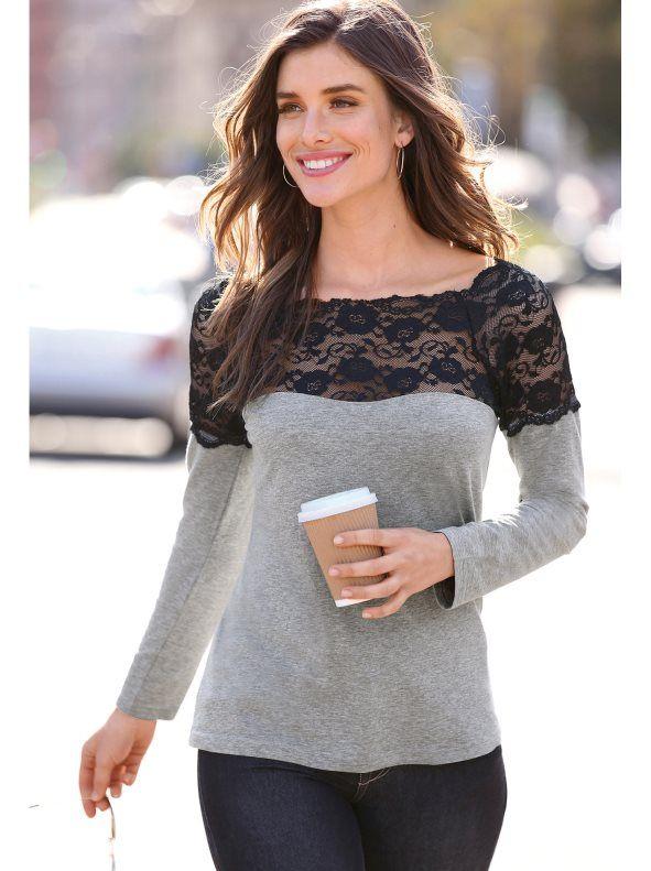 379aebb7488 Realza femeninamente tu escote con esta favorecedora camiseta de marcada  inspiración romántica que incorpora una elegante