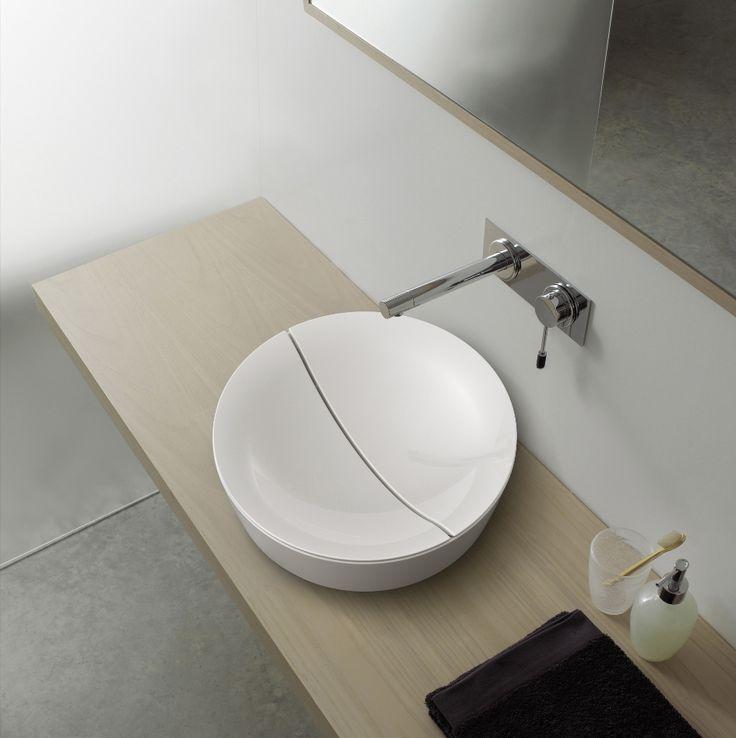 Mooie wijze van het vorm geven aan de noodzakelijke waterafvoer door Scarabeo met de Mizu Tondo opzetwastafel.