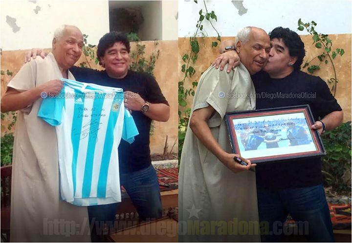 Ο Ντιέγκο Αρμάντο Μαραντόνα ενώνεται ξανά με τον διαιτητή του Αγγλία Αργεντινή στο παγκόσμιο του 86