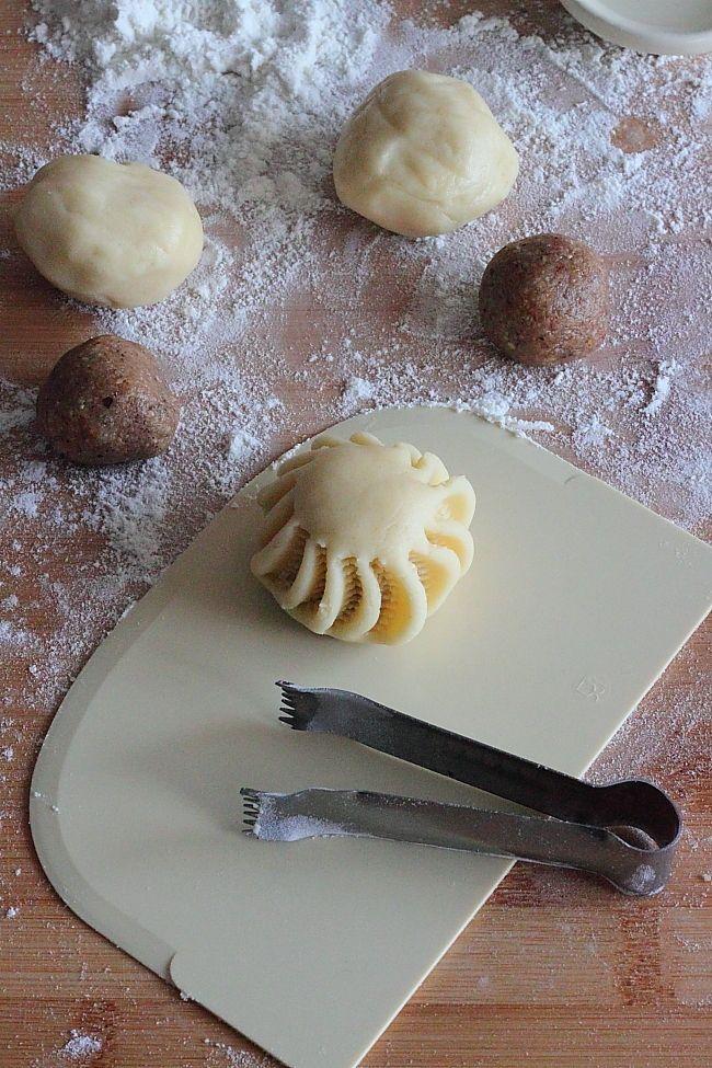 Un subtil parfum d'eau de rose se dégage des ces petits gâteaux aux noix. Une texture à la fois croustillante, friable et fondante. Une pe...
