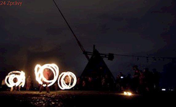 Letná v plamenech. Ohnivá show s bubny ozářila Kyvadlo