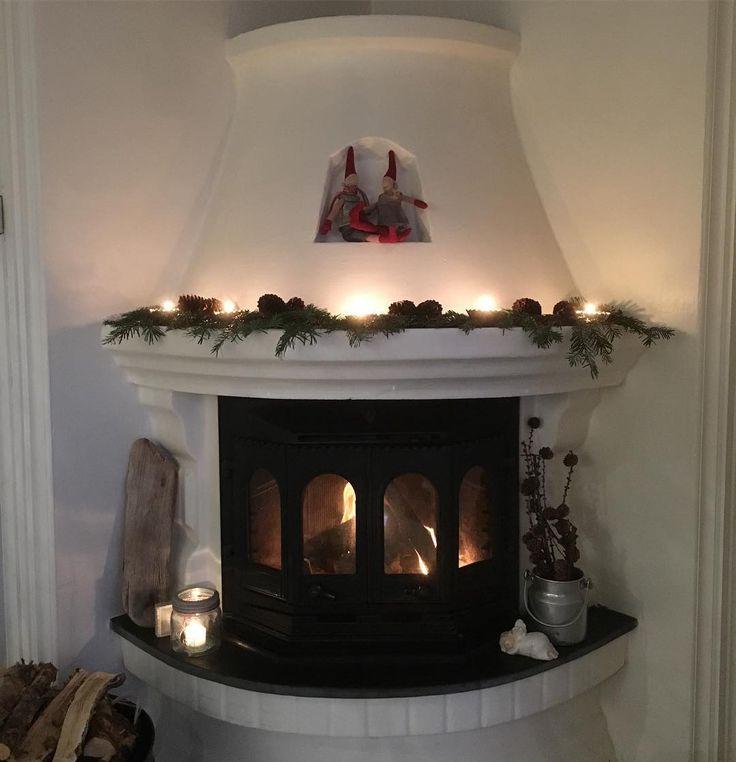 Nyter late dager med fyr i peisen 🌟. Ha en fin kveld der ute 💫. #jul #christmas #weihnachten #navidad #noël #peis #fireplace #julemagi #interiormagasinet #interior #kkliving #skandinaviskehjem #evim #levlandlig #lantliv #lantligt #levendelys #mynorwegian_julefavoritt #mynorwegianhome #minlandstil #homes_norway #hellinterior1 #delvakkerthjemjul #delvakkerthjem  #kjøkken #kitchen #cuisine #shabbychic #interior123 #shabby_chichomes