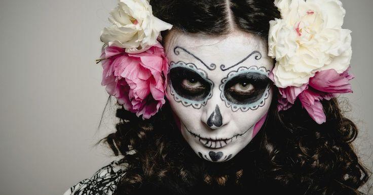 """Día de los Muertos: maquillajes de calaveras. El Día de los Muertos, celebrado el 2 de noviembre, es una celebración que honra a los difuntos. Morir y renacer van de la mano, ya que ambas cosas representan la vida. Existe también Halloween, en los Estados Unidos, festejo durante el cual, bajo el lema """"truco o dulce"""", miles de niños ..."""