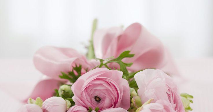 """Cómo hacer una pulsera con un ramillete de flores. Los bailes de graduación, las bodas o los cumpleaños son eventos en los que una mujer puede recibir una arreglo de flores, para colocarlo en su atuendo llamado """"corsage"""". Indica que ocupa un sitio de honor en el evento y la hace sentir especial. Al usar un vestido sin mangas o de una tela delicada, algunas mujeres prefieren una pulsera hecha con ..."""