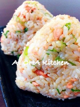 salmon onigiri - Japanese salmon rice ball 鮭のおにぎり