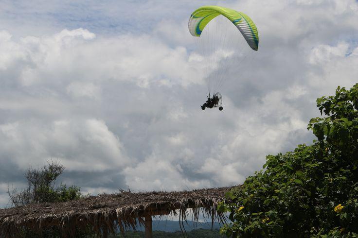 Siempre hay algo nuevo por explorar, disfruta del paisaje en un vuelo en parapente a motor. #ParapenteAMotorPuertoLopez #ParapenteAMotorMontañita