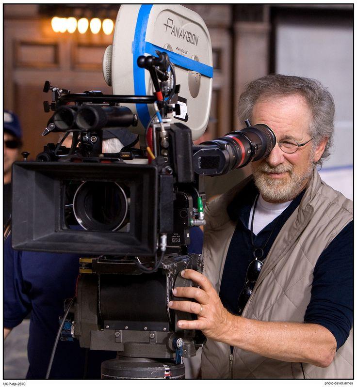 Steven Spielberg (Cincinnati, 18/12/1946) é diretor, produtor, roteirista e empresário norte-americano. É o diretor que tem mais filmes na lista dos 100 Melhores Filmes de Todos os Tempos e é considerado um dos cineastas mais populares e influentes do cinema. Tubarão(1975); Contatos Imediatos de 3º Grau(1977); Indiana Jones(1981); E.T.(1982); A Cor Púrpura(1985); Império do Sol(1987); Jurassic Park(1993); A Lista de Schindler(1993); O Resgate do Soldado Ryan(1998); Lincoln(2012) e outros.