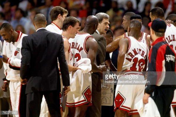 Fotografia de notícias : Chicago Bulls head coach Phil Jackson instructs...