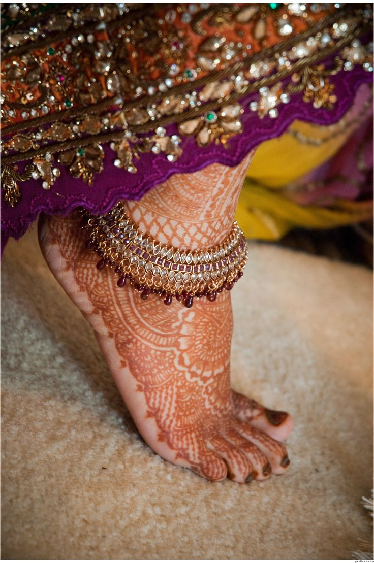 Na Índia, as tornozeleiras são usadas em ambos os tornozelos.  As de metal pode ser flexíveis e inflexíveis. As flexíveis são muitas vezes chamadas de Paayal, Pajeb, ou Jhanjhar na Índia. Ghunghru são os pequenos sininhos que dão aquele toque sonoro, usado na dança.