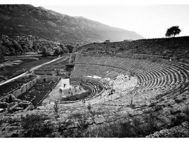Έπειτα από 17 χρόνια σιωπής, το απόγευμα της Παρασκευής, αντήχησε ξανά ο αρχαίος λόγος στο ιστορικό θέατρο της Δωδώνης! http://www.aarhotel.gr/blog #DodonaTheatre   #AncientTragedy   #Performance   #Dodona   #Ioannina   #Epirus   #Greece   #LoveGreece   #GreekHistory   #GreekCulture   #Aarhotel   #Boutiquehotel   #Ioanninahotel