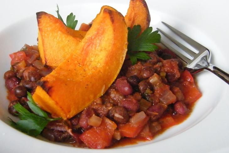Roasted Squash with Spicy Beans - Perfect for winter evenings, this delicious seasonal recipe makes use of squash and Hodmedod's canned Red Haricot Beans and Carlin Peas (or cook them up from dry if you prefer). Developed by Carol Kearns, who not only creates the lovely illustrations for our packaging but also publishes recipes on her blog The Art of Baking it's easy to make and wonderfully warming.