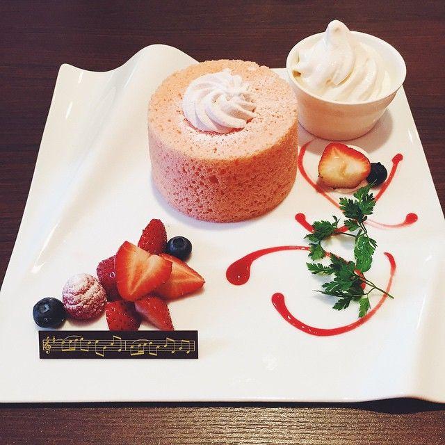 strawberry chiffon cake. ずっと気になっていたシフォンケーキ専門のお店。 店内は高級感漂っております(笑) #cafe #coffee #sweets #cake #chiffoncake #カフェ部 #カフェ #シフォンケーキ #シンフォニーシフォン #symphonychiffon #堀江