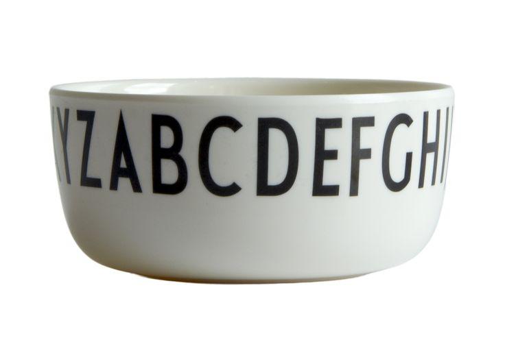 Snygg barnskål i melamin från Design Letters.  Typografin på denna snygga melaminetallrik är tecknad av den världsberömda danske arkitekten Arne Jacobsen (1902-1971). Bokstäverna är ursprungligen skapade till Århus Rådhus 1937, och kan fortfarande ses på skyltar där i dag. Nu kan du ta del av Arne Jacobsens eleganta typografi på dessa söta tallrikar.  En mycket uppskattade dopgåva, kanske ihop med en matchande mugg med en personlig bokstav på. Både tallrikarna och muggarna är gjorda av det…
