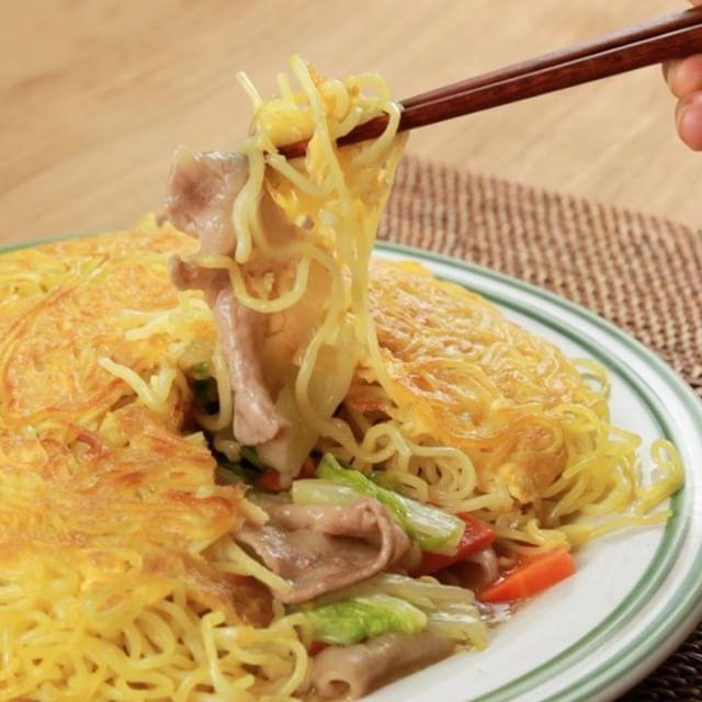 とろ〜り中華あんかけがそそる♡『かた焼きそば』  レシピにチャレンジしてくれた方、その他にもお料理を作った方は #もぐー のタグをつけて教えてくださいね♪みなさんのお料理が見てみたいです☆  もぐーを良くしていくために皆さまのご意見を聞かせてください♪ プロフィール欄のURLより1分程度のアンケートのご協力お願いします☆  材料 2人前 ・焼きそば麺 2袋 ・白菜 3枚 ・にんじん 3㎝分 ・もやし 100g ・豚肉 100g ・中華練りだし 大さじ1 ・オイスターソース 大さじ1 ・すりおろししょうが 少々 ・塩 ひとつまみ ・こしょう 少々 ・水 100ml ・水溶き片栗粉 大さじ2 ・ゴマ油 大さじ1 ・卵 1個 ・水/卵用 大さじ2 ※片栗粉は同量の水で溶いておきましょう!  作り方 1.豚肉、にんじん、もやし、白菜をフライパンに入れ炒め、塩、こしょうをする。 2.水、中華練りだし、オイスターソース、すりおろししょうがを入れ炒め煮る。 3.沸騰したら水溶き片栗粉を加えとろみをつける。 4.焼きそば麺の袋のはしを少し空けて、500wの電子レンジで1分加熱する。…