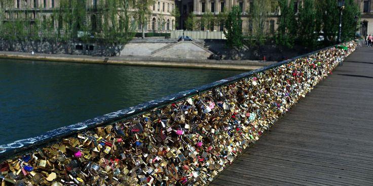 9 couples sur 10 se sont séparés après avoir accroché un cadenas au pont des Arts - http://boulevard69.com/9-couples-sur-10-se-sont-separes-apres-avoir-accroche-un-cadenas-au-pont-des-arts/?Boulevard69