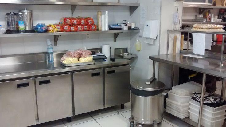 Balcão frigorífico, Mesas de apoio com prateleira central suspensa e carro de detritos.