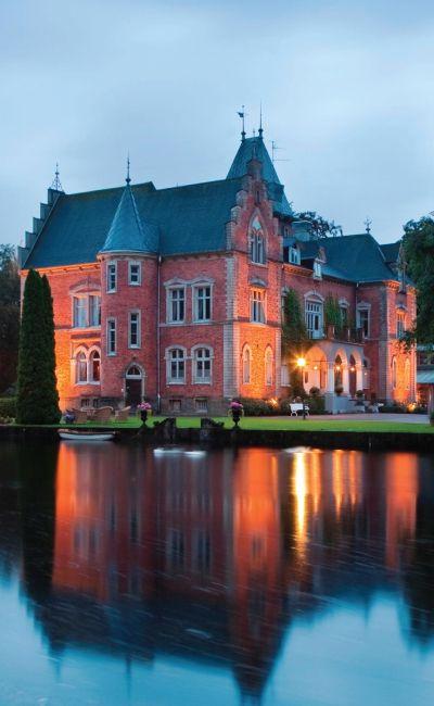 Romantikk på en ekte slott er den perfekte gaven til par! Opplevelsen inkluderer overnatting på et fint dobbeltrom, toretters middag og frokost. Slottet fra 1892 vil gi en minneverdig overnatting!