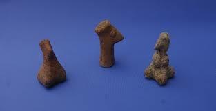 Arqueólogos num assentamento neolítico da Grécia descobriram mais de 300 figuras de barro - algumas que se parecem com pessoas, outras que se parecem com humanos-animais híbridos, datando mais de 7.000 anos.