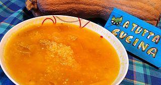 Ingredienti: 700g zucca a dadini, 100g couscous, 200g cipolle tritate, 3 rametti di timo, 1lt brodo vegetale, noce moscata, olio, sale Riunire in una casseruola la zucca con le cipolle, le foglioline