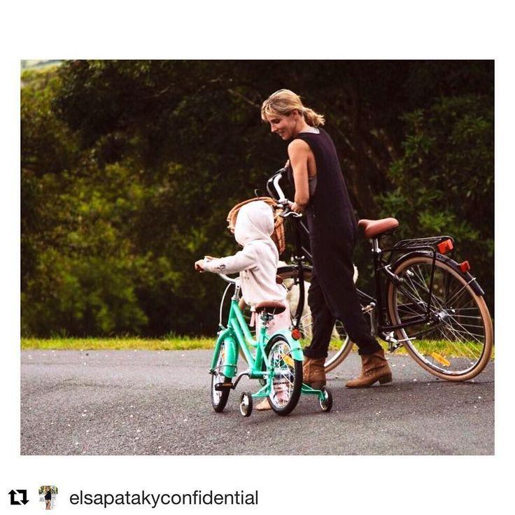 Elsa Pataky comparte un momento que nunca podrá olvidar: el primer paseo en bici con su hija India, que ya tiene cinco años. 🚴♀️ #elsapataky #indiahemsworth #bici #bicicleta #celebrity #chrishemsworth #byronbay #australia