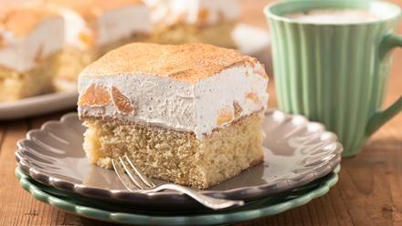 Fantakuchen mit Schmand | Frisch vom Blech: Mit dem Sanella Backrezept backen wir einen Fantakuchen mit Schmand, der mit Pfirsichen oder Mandarinen schmeckt - köstlich und gelingsicher.