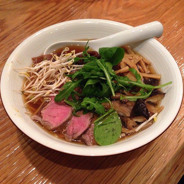 #Ramen in brodo di Shoyu con manzo arrosto, funghi, cipolla rossa caramellata, germogli di soia e misticanza orientale