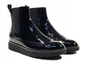 Botines chelsea en charol negro Geox Blenda  Botines chelsea con elásticos laterales para mujer realizados en charol negro piel modelo D640BA BLENDA. Botines con interiores en piel y suela de goma con altura aproximada de 25 cms. Cómodos elegantes y muy versátiles. Geix Blenda italian boots. http://ift.tt/2eyS0CL