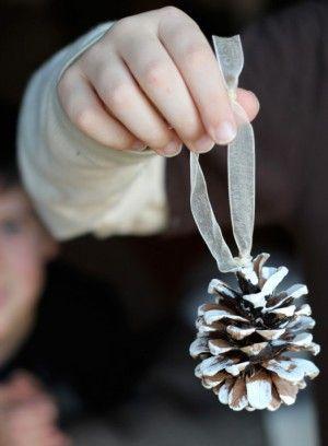Dennenappel + restjes witte latex verf + lintje = simpele, maar mooie kerstboom decoratie.