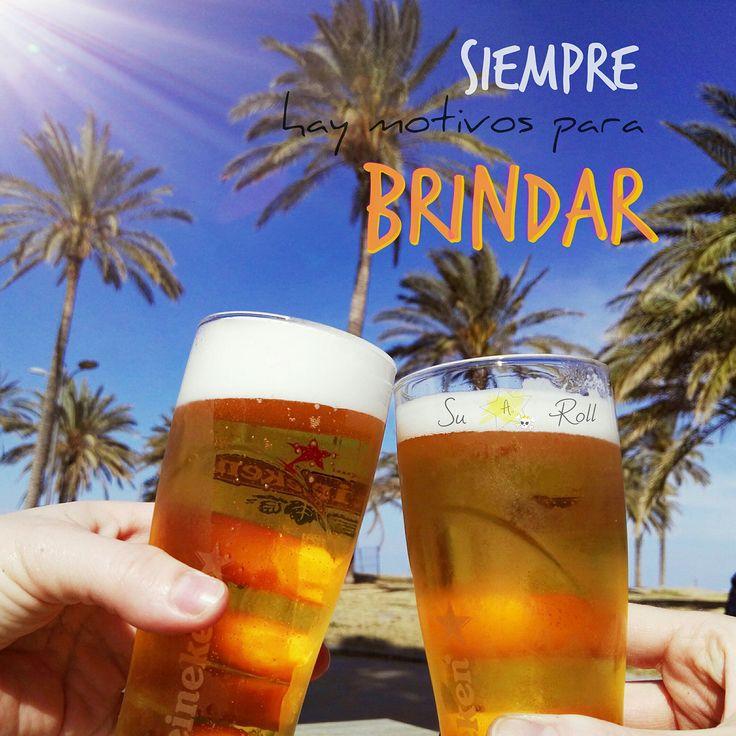 """Fotografía de dos cervezas brindando en la playa con texto """"SIEMPRE HAY MOTIVOS PARA BRINDAR"""". Porque a veces creemos que nos faltan, pero la verdad es que nunca nos sobran... MOTIVOS PARA BRINDAR SU AND ROLL"""
