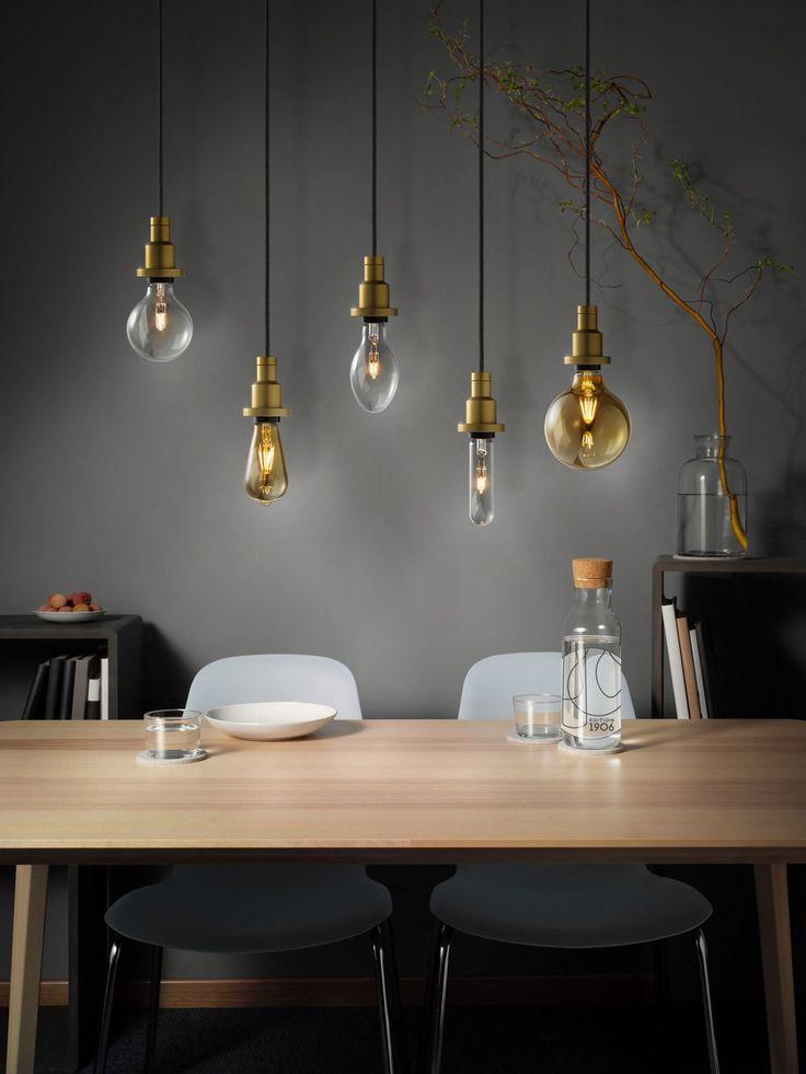 Freihängende Glühbirnen ohne Lampenschirm und Staubfänger-Vorrichtung sind schon seit einiger Zeit im Trend. Osram und Ledvance ergänzen diesen Trend um etwas wesentliches: Die Edition 1906 und viele andere Leuchtquellen sind LED-Leuchten und damit viel effizienter und nachhaltiger. Sie lassen sich mittlerweile übrigens auch so weit dimmen, dass sie genauso gemütliches Licht hinbekommen wie