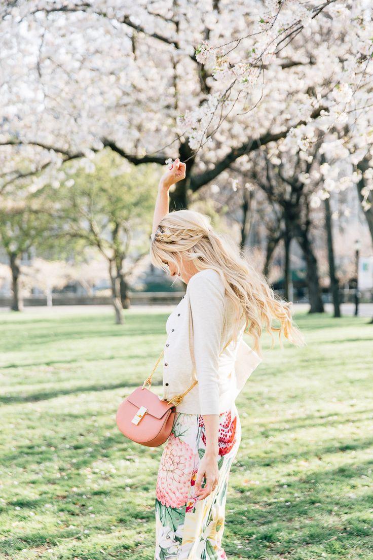 Dem Frühlingstyp stehen zarte fließende Kleider und blumige Prints