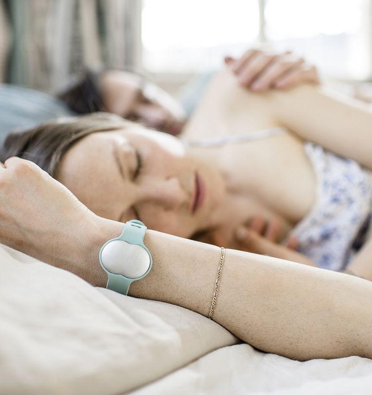 Wearable meet vruchtbaarheid voor vrouwen die zwanger willen worden  Heb je voor 2017 een kinderwens dan kan de technologie je misschien een handje helpen. Een Zwitserse startup heeft namelijk een wearable gemaakt die de vruchtbaarheid van vrouwen kan bepalen: Ava.  Avais een polsband die onder meer hartslag en temperatuur meet en aan de hand daarvan de menstruatiecyclus bijhoudt. Hij hoeft alleen s nachts te worden gedragen. Volgens oprichterLea von Bidder werkt dat beter dan wanneer je…