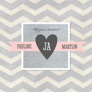 Trouwkaart met achtergrond van grijs chevron patroon op gerecycled papier. Daaroverheen grijs linnen vierkant met roze banner met jullie namen en donkergrijs hart met 'JA'.