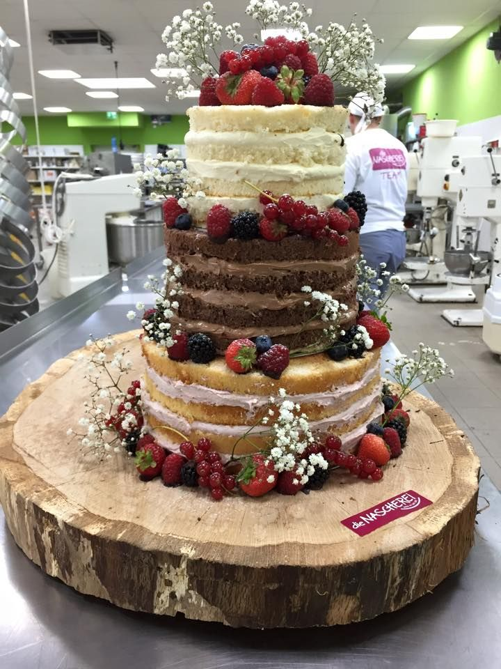Nakedcake auf Holzplatte Obst und Schleierkraut Buttercreme