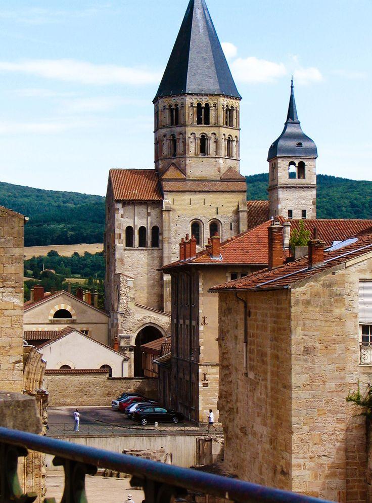 MONASTERIO DE CLUNY fundado en el año 930, se convierte en el gran centro difusor de la reforma, alcanzando rápidamente una gran expansión y consiguiendo, a través de sus monasterios, que el arte románico se difundiera por todo el mundo cristiano europeo.