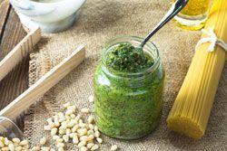 Herbstzeit ist Feldsalat-Zeit. Jetzt können Sie wieder jede Menge leckere Gerichte damit zubereiten. Unter anderem auch Feldsalatpesto. Diese 3 Rezepte sind einfach und lecker. Vielen ist Feldsalat nur roh als Salat zubereitet bekannt. Dabei kann das gesunde Gemüse noch wesentlich mehr. Sie können sogar eine Suppe aus Feldsalat zubereiten oder eben ein würziges Pesto, quasi als extravag ...