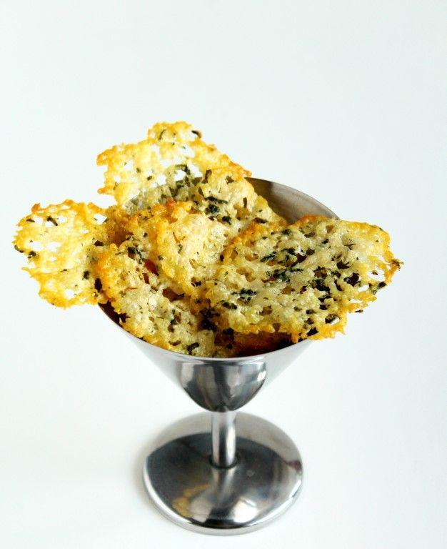 Deze kaaskoekjes zijn natuurlijk ook gewoon zo superlekker, maar serveer ze ook eens als garnituur bij bijvoorbeeld een lekkere soep!